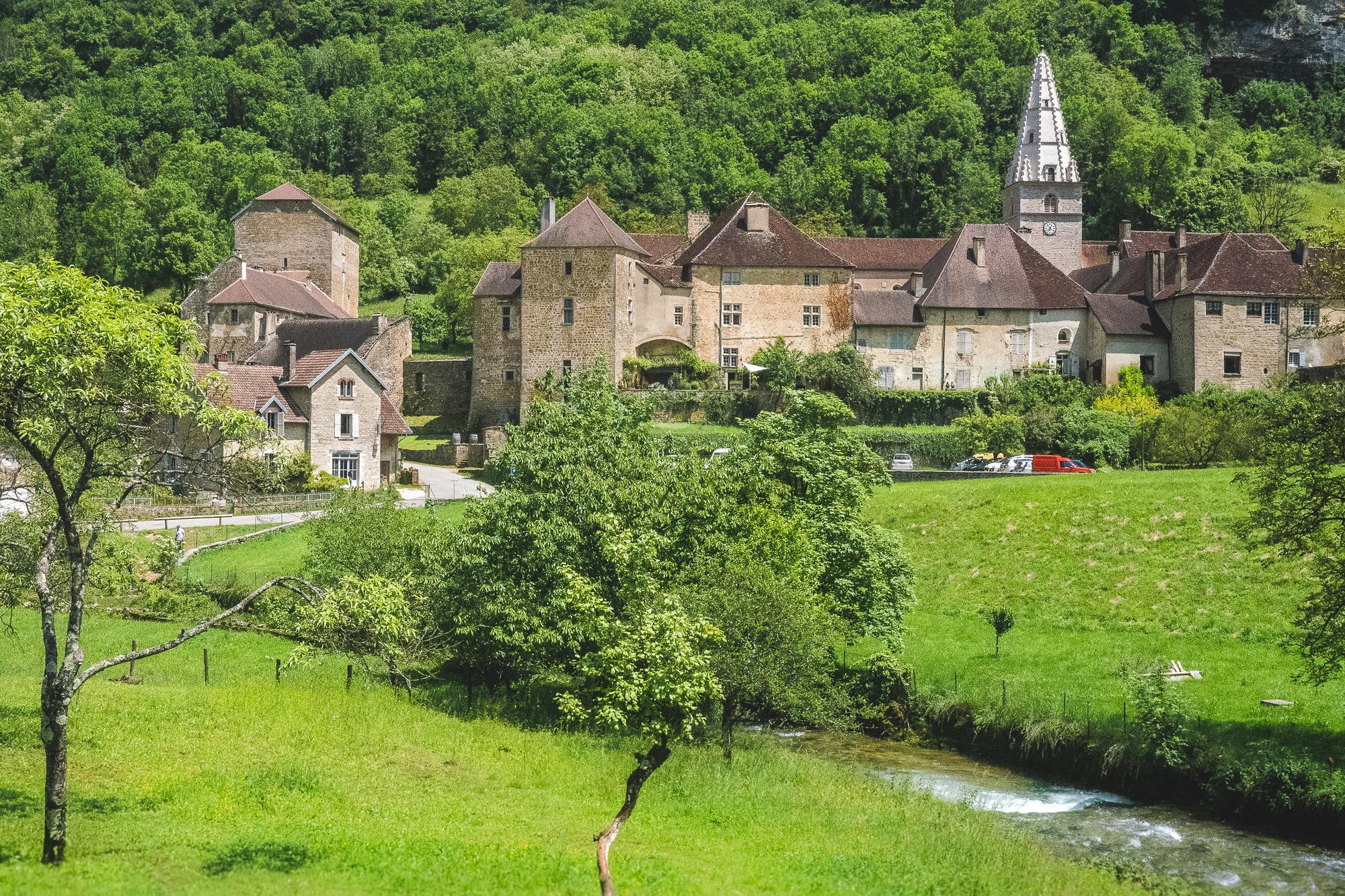 montagnes du jura, baume-les-messieurs, village france